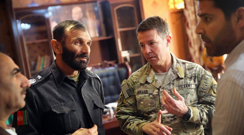 جنرال سکاټ میلر له افغان چارواکو سره - انځور په افغانستان کې د میلر د یوه پخواني ماموریت پر مهال اخیستل شوی دی.