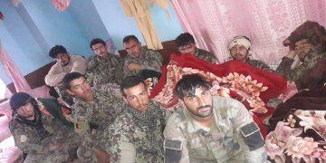 په بيګانۍ حمله کې د طالبانو له خوا نيول شوي عسکر چې طالب وياند يې په خپل ټويټر انځورونه خپاره کړي